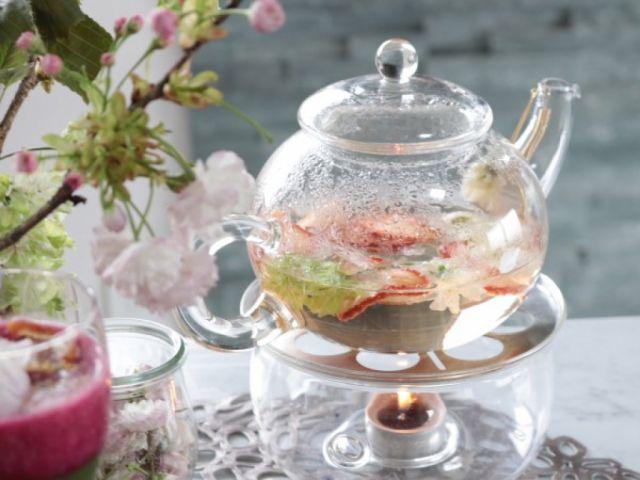 料理家 安藤千英さんから、フードドライヤーを使った桜の花びらとイチゴのハーブティーレシピ