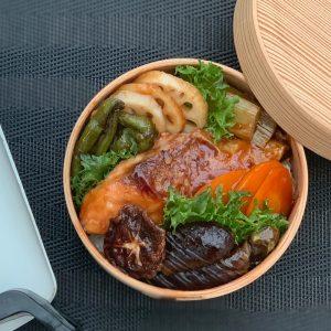 秋鮭の黒酢餡かけ丼弁当